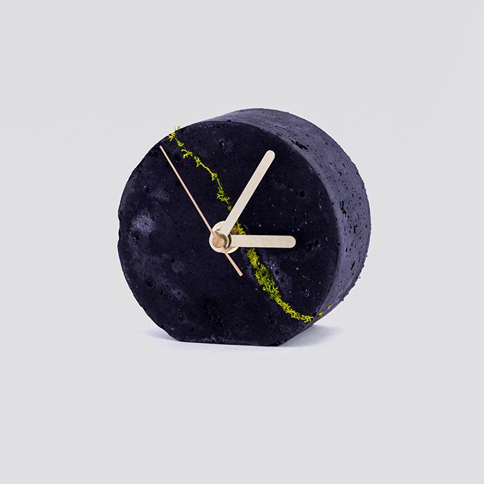 Zdjęcie produktu Okrągły zegar stołowy z chrobotkiem reniferowym